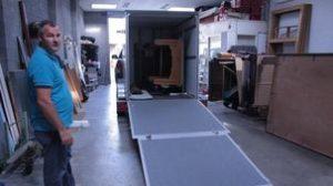 Laden van de trailer om het biljart te verhuizen